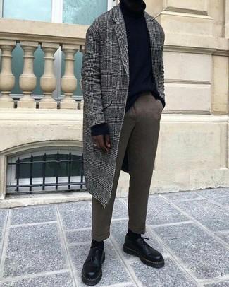 Wie kombinieren: grauer Mantel mit Schottenmuster, schwarzer Rollkragenpullover, braune Wollanzughose, schwarze Leder Derby Schuhe