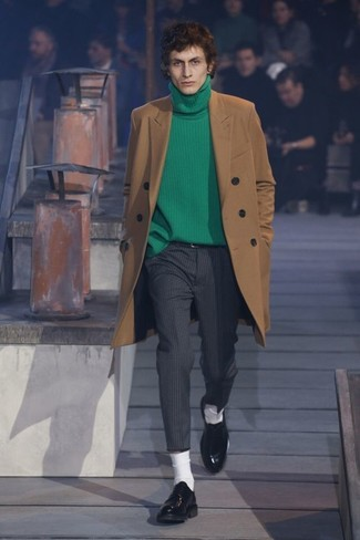 Wie kombinieren: camel Mantel, grüner Rollkragenpullover, dunkelgraue vertikal gestreifte Anzughose, schwarze Leder Derby Schuhe