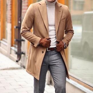 Wie kombinieren: camel Mantel, hellbeige Rollkragenpullover, graue Anzughose, dunkelbrauner geflochtener Ledergürtel