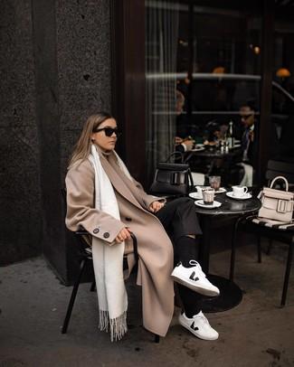 Wie kombinieren: hellbeige Mantel, hellbeige Rollkragenpullover, schwarze Anzughose, weiße und schwarze Leder niedrige Sneakers
