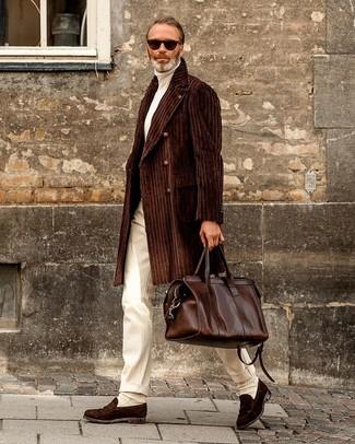 Dunkelbraune Wildleder Slipper kombinieren: Entscheiden Sie sich für einen dunkelbraunen Mantel und eine weiße Anzughose für einen stilvollen, eleganten Look. Fühlen Sie sich mutig? Vervollständigen Sie Ihr Outfit mit dunkelbraunen Wildleder Slippern.