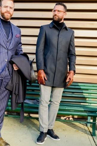 Dunkelgrauen Mantel kombinieren: trends 2020: Paaren Sie einen dunkelgrauen Mantel mit einer grauen Anzughose für eine klassischen und verfeinerte Silhouette. Fühlen Sie sich mutig? Komplettieren Sie Ihr Outfit mit schwarzen Leder Brogues.