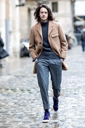 camel Mantel, dunkelgrauer Rollkragenpullover, graue Wollanzughose, violette Leder niedrige Sneakers für Herren