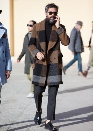 Dunkelgraue Wollanzughose kombinieren: trends 2020: Etwas Einfaches wie die Wahl von einem braunen Mantel mit Karomuster und einer dunkelgrauen Wollanzughose kann Sie von der Menge abheben. Ergänzen Sie Ihr Look mit schwarzen Leder Derby Schuhen.
