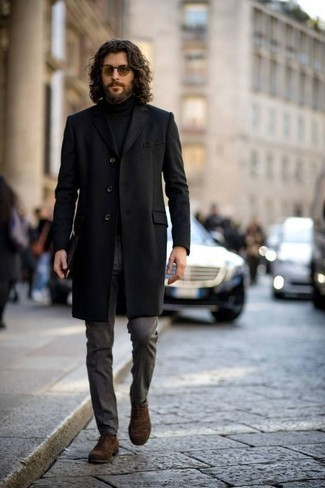 Hose kombinieren: trends 2020: Geben Sie den bestmöglichen Look ab in einem schwarzen Mantel und einer Hose. Machen Sie Ihr Outfit mit braunen Wildleder Oxford Schuhen eleganter.