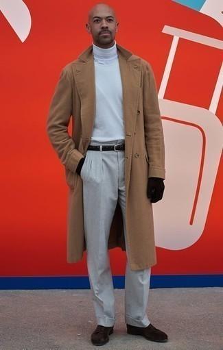 Camel Mantel kombinieren: trends 2020: Paaren Sie einen camel Mantel mit einer grauen Anzughose für einen stilvollen, eleganten Look. Dunkelbraune Wildleder Derby Schuhe leihen Originalität zu einem klassischen Look.