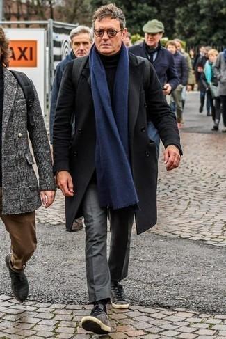 Schwarzen Rollkragenpullover kombinieren – 1045+ Herren Outfits: Tragen Sie einen schwarzen Rollkragenpullover und eine graue Anzughose, um vor Klasse und Perfektion zu strotzen. Graue Wildleder niedrige Sneakers leihen Originalität zu einem klassischen Look.