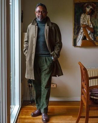 Herren Outfits 2020: Geben Sie den bestmöglichen Look ab in einem braunen Mantel mit Schottenmuster und einer olivgrünen Anzughose aus Cord. Komplettieren Sie Ihr Outfit mit dunkelroten Leder Derby Schuhen.