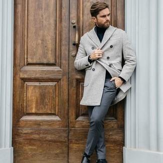 Herren Outfits 2020: Kombinieren Sie einen grauen Mantel mit einer grauen Anzughose für eine klassischen und verfeinerte Silhouette. Suchen Sie nach leichtem Schuhwerk? Ergänzen Sie Ihr Outfit mit schwarzen Doppelmonks aus Leder für den Tag.
