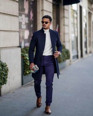 Dunkelblauen Mantel kombinieren – 757+ Herren Outfits: Kombinieren Sie einen dunkelblauen Mantel mit einer dunkelblauen Anzughose für eine klassischen und verfeinerte Silhouette. Fühlen Sie sich mutig? Ergänzen Sie Ihr Outfit mit braunen Chelsea Boots aus Leder.