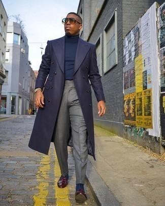 Dunkelblauen Mantel kombinieren – 757+ Herren Outfits: Kombinieren Sie einen dunkelblauen Mantel mit einer grauen Anzughose für eine klassischen und verfeinerte Silhouette. Machen Sie diese Aufmachung leger mit dunkelroten Leder Slippern mit Fransen.