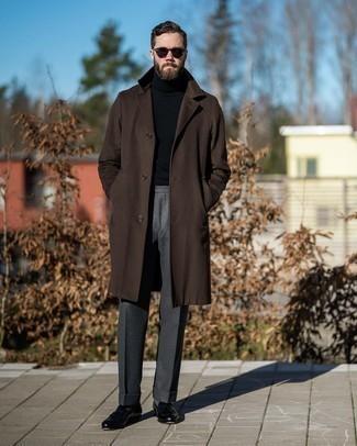Dunkelbraune Sonnenbrille kombinieren – 500+ Herren Outfits: Für ein bequemes Couch-Outfit, paaren Sie einen dunkelbraunen Mantel mit einer dunkelbraunen Sonnenbrille. Fühlen Sie sich mutig? Entscheiden Sie sich für schwarzen Leder Slipper mit Quasten.