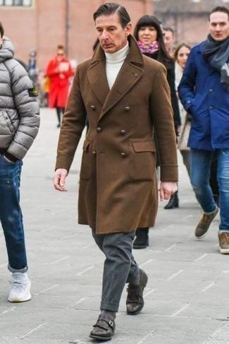 Braunen Mantel kombinieren – 594+ Herren Outfits: Erwägen Sie das Tragen von einem braunen Mantel und einer dunkelgrauen Wollanzughose für eine klassischen und verfeinerte Silhouette. Wenn Sie nicht durch und durch formal auftreten möchten, ergänzen Sie Ihr Outfit mit dunkelbraunen Monks aus Leder.