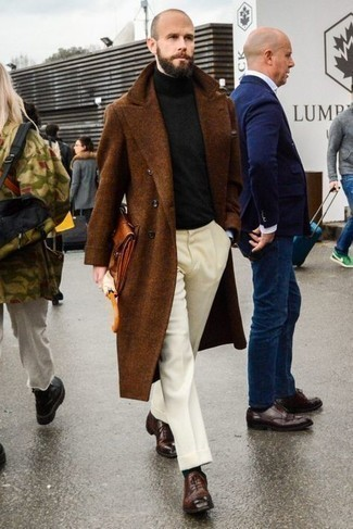 Rotbraune Leder Clutch Handtasche kombinieren – 257 Herren Outfits: Vereinigen Sie einen braunen Mantel mit einer rotbraunen Leder Clutch Handtasche für einen entspannten Wochenend-Look. Fühlen Sie sich mutig? Ergänzen Sie Ihr Outfit mit dunkelbraunen Leder Oxford Schuhen.