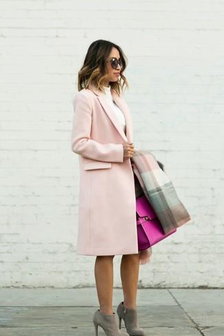 Wie kombinieren: rosa Mantel, weißer Rollkragenpullover, dunkelbrauner Bleistiftrock, graue Wildleder Stiefeletten