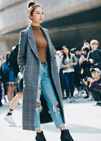 Wie kombinieren: grauer Mantel mit Schottenmuster, rotbrauner Rollkragenpullover, hellblaue Boyfriend Jeans mit Destroyed-Effekten, schwarze Leder Stiefeletten