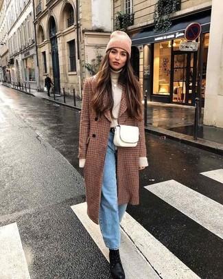 Wie kombinieren: brauner Mantel mit Karomuster, hellbeige Rollkragenpullover, hellblaue Boyfriend Jeans, schwarze Schnürstiefeletten aus Leder