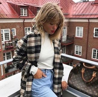 Wie kombinieren: hellbeige Mantel mit Schottenmuster, weißer Rollkragenpullover, hellblaue Boyfriend Jeans, dunkelbraune bedruckte Shopper Tasche aus Leder