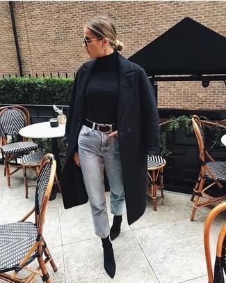 Wie kombinieren: schwarzer Mantel mit Reliefmuster, schwarzer Rollkragenpullover, hellblaue Boyfriend Jeans, schwarze elastische Stiefeletten