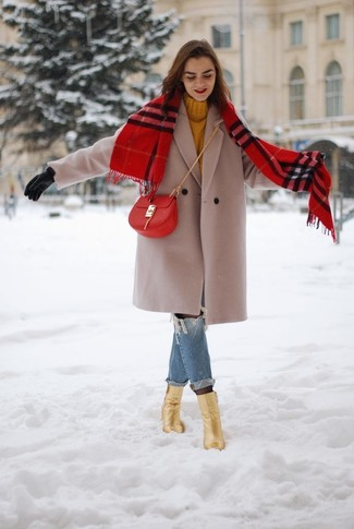 Damen Outfits & Modetrends 2020 für kühl Wetter: Um einen lockeren Alltags-Look zu schaffen, können Sie einen hellbeige Mantel und blauen Boyfriend Jeans mit Destroyed-Effekten kombinieren. Goldene Leder Stiefeletten sind eine perfekte Wahl, um dieses Outfit zu vervollständigen.