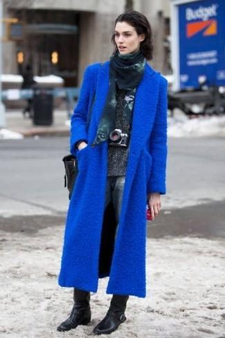 Stechen Sie unter anderen modebewussten Menschen hervor mit einem blauen mantel und einem dunkelblauen bedruckten schal von Maison Passage. Vervollständigen Sie Ihr Look mit schwarzen leder mittelalten stiefeln.