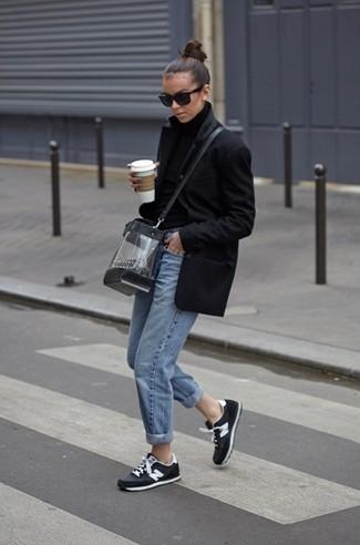 Wie kombinieren: schwarzer Mantel, schwarzer Wollrollkragenpullover, hellblaue Boyfriend Jeans, schwarze und weiße Sportschuhe