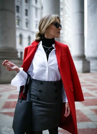 Dunkelgrauen Wollbleistiftrock kombinieren: trends 2020: Um ein stylisches, entspanntes Outfit zu erzielen, tragen Sie einen roten Mantel und einen dunkelgrauen Wollbleistiftrock.