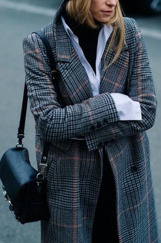 Wie kombinieren: grauer Mantel mit Schottenmuster, schwarzer Rollkragenpullover, weißes Businesshemd, schwarze Anzughose