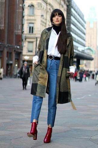 Wie kombinieren: olivgrüner Mantel, schwarzer Rollkragenpullover, weißes Businesshemd, blaue Jeans