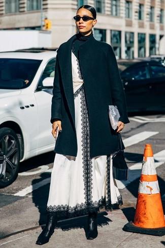 Damen Outfits & Modetrends 2020 für kühl Wetter: Um ein klassisches, aber dennoch lässiges Outfit zu erhalten, brauchen Sie nur einen schwarzen Mantel und einen schwarzen Rollkragenpullover. Schwarze Leder Stiefeletten sind eine gute Wahl, um dieses Outfit zu vervollständigen.