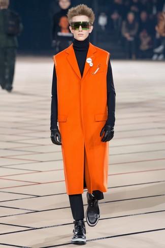 orange Mantel, dunkelblauer Rollkragenpullover, schwarze Chinohose, schwarze Lederfreizeitstiefel für Herren