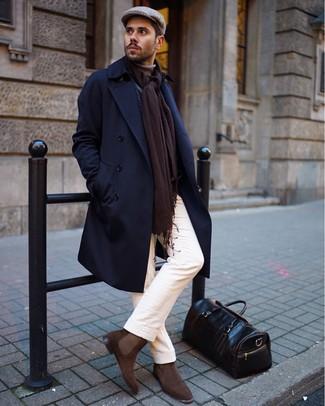 Wie kombinieren: dunkelblauer Mantel, beige Rollkragenpullover, weiße Chinohose, braune Chelsea-Stiefel aus Wildleder