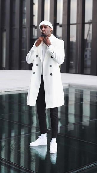 Wie kombinieren: weißer Mantel, weißer Rollkragenpullover, schwarze Chinohose, weiße Leder niedrige Sneakers