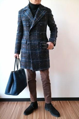 Wie kombinieren: dunkelblauer Mantel mit Schottenmuster, schwarzer Strick Rollkragenpullover, braune Chinohose, schwarze Chukka-Stiefel aus Wildleder