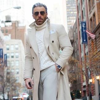 Wie kombinieren: beiger Mantel, weißer Strick Rollkragenpullover, hellbeige Chinohose, weißes Einstecktuch
