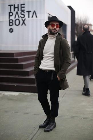 Wie kombinieren: olivgrüner Mantel, weißer Rollkragenpullover, schwarze Chinohose, schwarze Leder Derby Schuhe