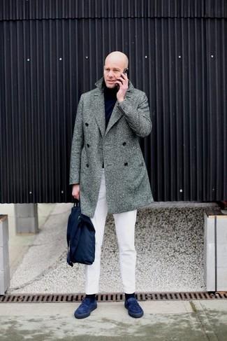 Wie kombinieren: grauer Mantel mit Fischgrätenmuster, schwarzer Rollkragenpullover, weiße Chinohose, dunkelblaue Wildleder Slipper