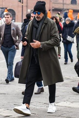 Wie kombinieren: dunkelgrauer Mantel, schwarzer Rollkragenpullover, schwarze Chinohose, weiße Leder niedrige Sneakers