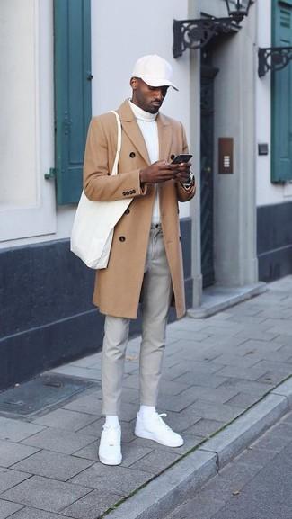 Wie kombinieren: camel Mantel, weißer Rollkragenpullover, graue Chinohose, weiße Leder niedrige Sneakers