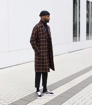Wie kombinieren: dunkelroter Mantel mit Karomuster, schwarzer Rollkragenpullover, schwarze Chinohose, schwarze Segeltuch niedrige Sneakers