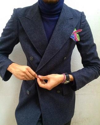 Wie kombinieren: dunkelgrauer Mantel, dunkelblauer Rollkragenpullover, schwarze Chinohose, mehrfarbiges bedrucktes Einstecktuch