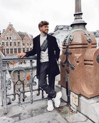 Wie kombinieren: schwarzer Mantel, grauer Rollkragenpullover, dunkelgraue vertikal gestreifte Chinohose, weiße Sportschuhe