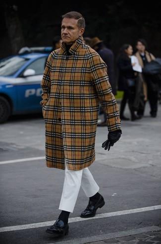 Wie kombinieren: camel Mantel mit Schottenmuster, schwarzer Rollkragenpullover, weiße Chinohose, schwarze Leder Slipper