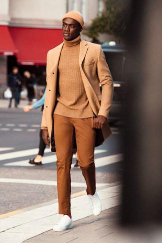 Wie kombinieren: camel Mantel, beige Rollkragenpullover, rotbraune Chinohose, weiße Leder niedrige Sneakers