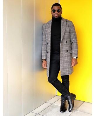 Goldene Uhr kombinieren: trends 2020: Tragen Sie einen grauen Mantel mit Schottenmuster und eine goldene Uhr für einen entspannten Wochenend-Look. Fühlen Sie sich mutig? Wählen Sie schwarzen Lederformelle stiefel.