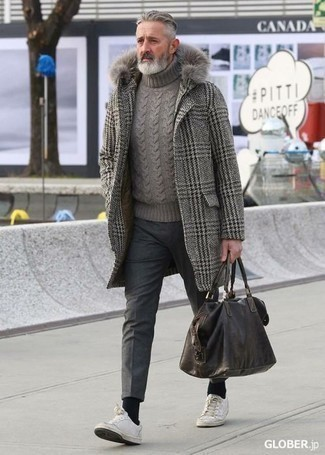 Dunkelbraune Leder Sporttasche kombinieren: trends 2020: Für ein bequemes Couch-Outfit, kombinieren Sie einen grauen Mantel mit Hahnentritt-Muster mit einer dunkelbraunen Leder Sporttasche. Fühlen Sie sich ideenreich? Entscheiden Sie sich für weißen Leder niedrige Sneakers.