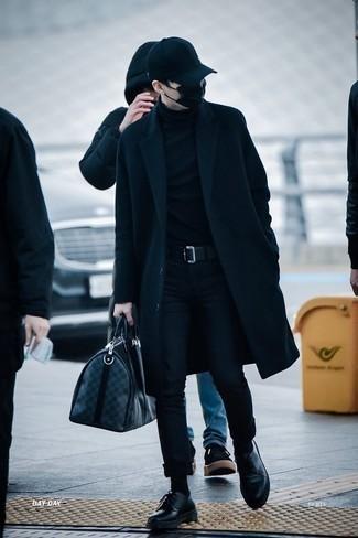 Schwarzen Mantel kombinieren: trends 2020: Paaren Sie einen schwarzen Mantel mit einer schwarzen Chinohose für Drinks nach der Arbeit. Schwarze Leder Derby Schuhe bringen klassische Ästhetik zum Ensemble.