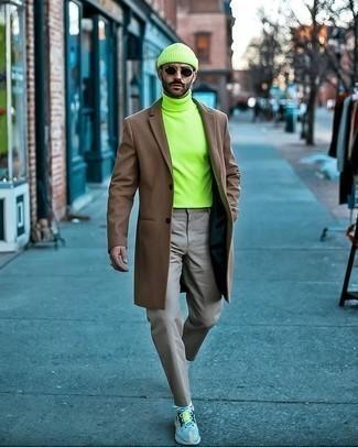 Dunkelgraue Chinohose kombinieren – 500+ Herren Outfits kalt Wetter: Kombinieren Sie einen braunen Mantel mit einer dunkelgrauen Chinohose für Drinks nach der Arbeit. Hellblaue Sportschuhe verleihen einem klassischen Look eine neue Dimension.