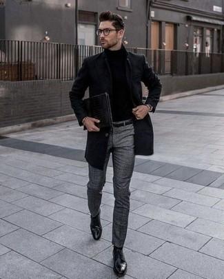 Dunkelgraue Chinohose kombinieren – 500+ Herren Outfits kalt Wetter: Etwas Einfaches wie die Paarung aus einem schwarzen Mantel und einer dunkelgrauen Chinohose kann Sie von der Menge abheben. Wählen Sie schwarzen Leder Derby Schuhe, um Ihr Modebewusstsein zu zeigen.