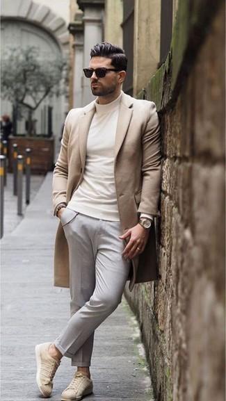 Dunkelgraue Chinohose kombinieren – 500+ Herren Outfits kalt Wetter: Entscheiden Sie sich für einen camel Mantel und eine dunkelgraue Chinohose, um einen eleganten, aber nicht zu festlichen Look zu kreieren. Fühlen Sie sich ideenreich? Wählen Sie hellbeige Leder niedrige Sneakers.
